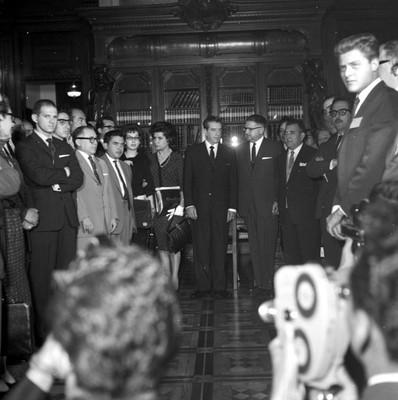 Adolfo López Mateos con miembros de la comisión del Tribunal Fiscal en una sala de Palacio Nacional, retrato de grupo