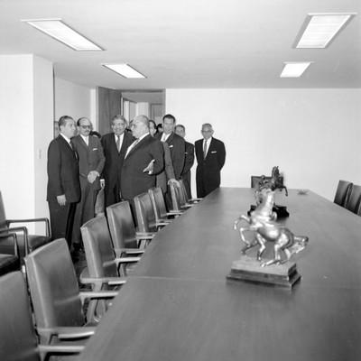 Adolfo López Mateos y comitiva en la sala de juntas del edificio del Tribunal Fiscal