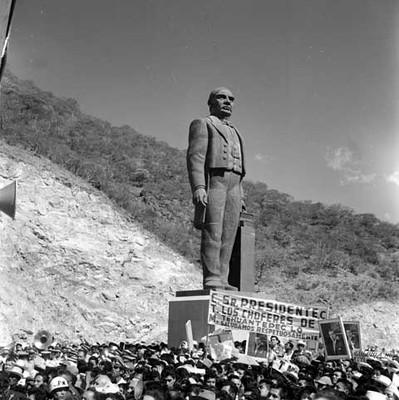 Ceremonia de inauguración de la presa Benito Juárez, al pie del monumento a Juárez