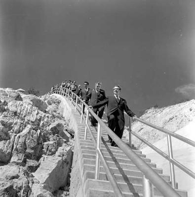 Adolfo López Mateos y comitiva recorriendo la cortina de la presa Benito Juárez