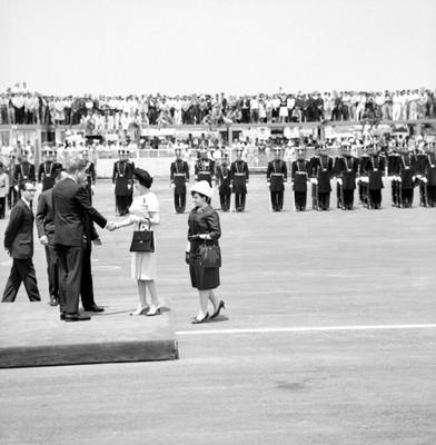 John F. Kennedy saluda a Eva Sámano de López Mateos en su arribo a la cd. de México