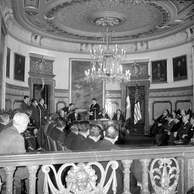 Ernesto P. Uruchurtu pronunciando un discurso durante la ceremonia de entrega de llaves de la ciudad a John F. Kennedy en palacio municipal