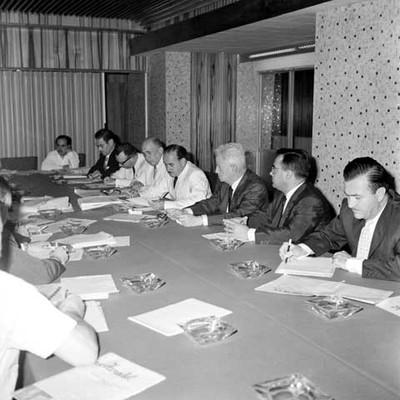 Raúl Salinas Lozano informando los intercambios comerciales con Indonesia en conferenecia de prensa con periódicos Mexicanos