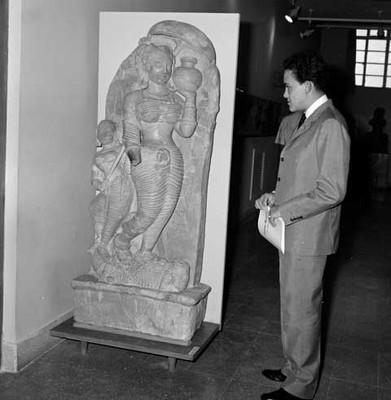 Diplomático ante escultura antropomorfa femenina con cántaro en el Museo Nacional de la India