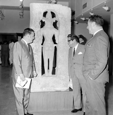 Diplomáticos ante reverso de escultura antropomorfa en el Museo Nacional de la India