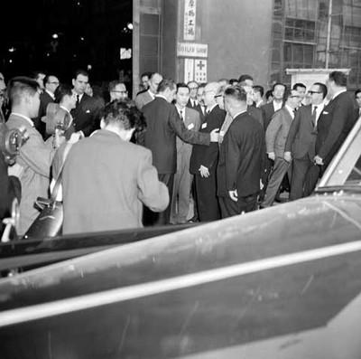 Adolfo López Mateos conversando con empresarios durante su visita a una fundidora en el Japón