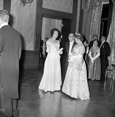 Eva Sámano conversando con la emperatriz del Japón durante un banquete ofrecido a López Mateos en Palacio Imperial