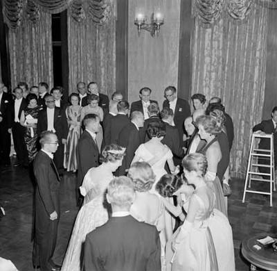Adolfo López Mateos y su esposa saludando a funcionarios durante el banquete ofrecido en su honor en el Palacio Imperial del Japón