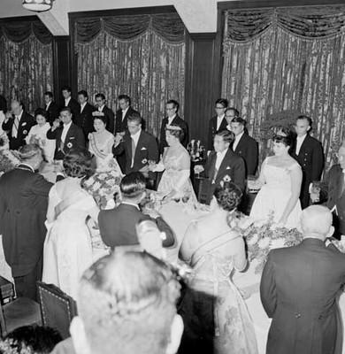 Adolfo López Mateos y su esposa brindando con la familia real y funcionarios en Palacio Imperial en Japón durante un banquete