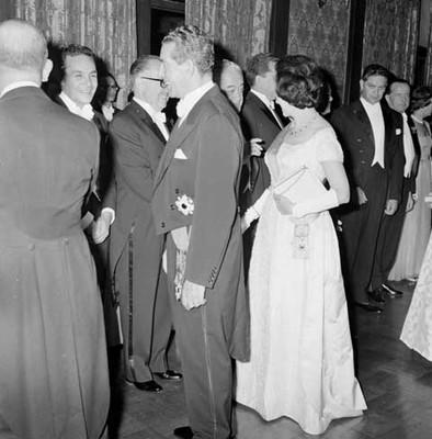 Adolfo López Mateos y su esposa saludando a diplomáticos y funcionarios durante un banquete en el Palacio Imperial en Japón
