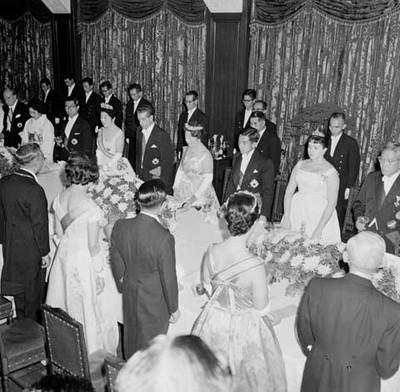 Adolfo López Mateos, Hirohito y asistentes de pie, durante un banquete ofrecido en su honor en el Palacio Imperial de Japón