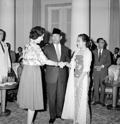 Eva Sámano saluda a Ahmed Sukarno y su esposa en un salón