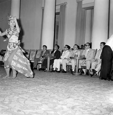Bailarina indonésica durante evolución de danza folclórica ante diplomáticos mexicanos en un salón