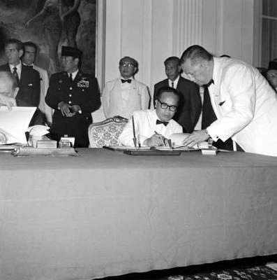 Funcionarios firmando el Tratado Comercial en Palacio Presidencial de Indonesia