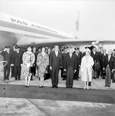 Adolfo López Mateos, el primer ministro de Hong Kong y sus respectivas esposas en el aeropuerto de Hong Kong, retrato de grupo
