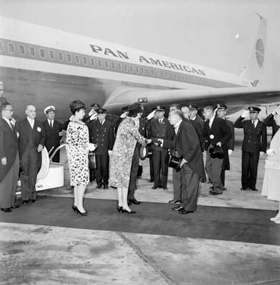 Eva Sámano de López Mateos saluda al primer ministro de Hong Kong en su visita a ese país
