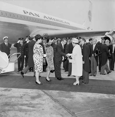 Adolfo López Mateos saluda a la esposa del primer ministro de Hong Kong durante su arribo a ese país