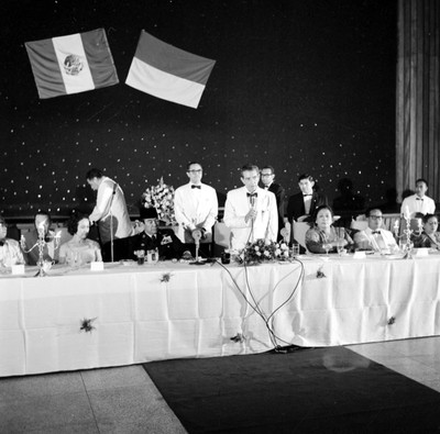 Adolfo López Mateos pronunciando un discurso durante un banquete ofrecido en su honor en un salón de Indonesia