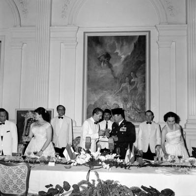 Adolfo López Mateos brindando con Ahmed Sukarno durante un banquete en Palacio Merdeca en Indonesia