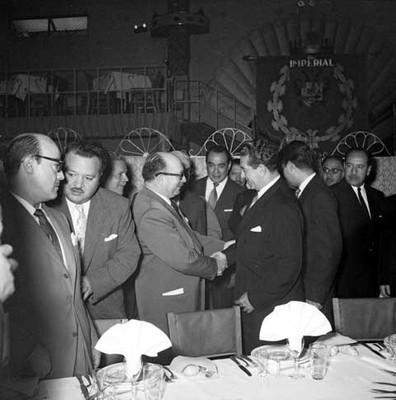 Adolfo López Mateos es saludado por miembros del periódico El Nacional, durante una comida ofrecida en el Club Imperial