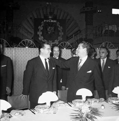 Adolfo López Mateos con miembros del periodíco EL Nacional, durante una comida ofrecida en el Club Imperial
