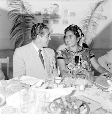 Adolfo López Mateos conversando con la profesora Candida Villalobos, durante una comida ofrecida en Juchitán