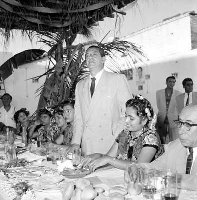 Adolfo López Mateos agradece la comida ofrecida or la profesora Candida Villalobos, durante su gira electoral por Juchitán