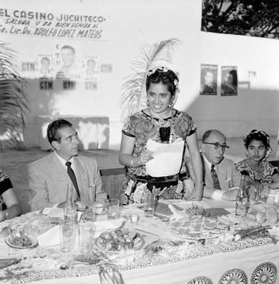 Adolfo López Mateos ante el discurso pronunciado por la profesora Candida Villalobos, durante una comida ofrecida en Juchitán