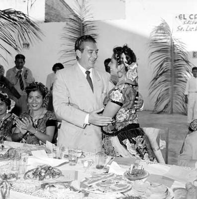 Adolfo López Mateos recibe un abrazo de la profesora Candida VIllalobos, durante la comida ofrecida en Juchitán