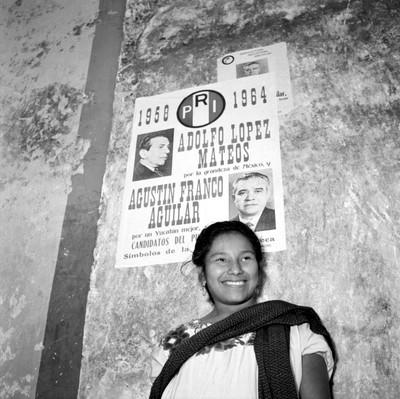 Mujer frente a una propaganda política del PRI, retrato