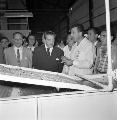 Adolfo López Mateos observa la maquinaria en el interior de la Congelador Madero en Cd. del Carmen