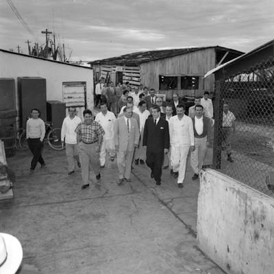 Adolfo López Mateos con políticos fuera de al Congeladora Madero, durante su campaña electoral por Campeche