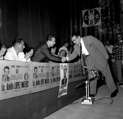 Adolfo López Mateos es saludado por un hombre durante un mitin en el teatro Rivas Pauli, en Cd. del Carmen
