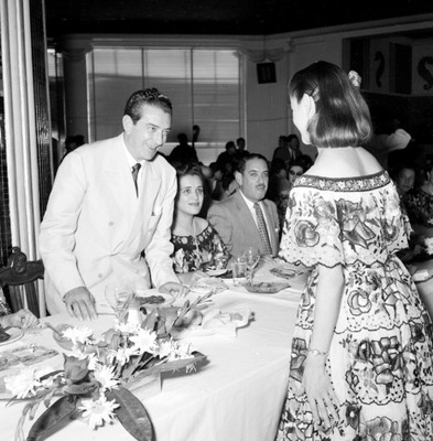 Adolfo López Mateos agradeciendo poema a Guadalupe Centeno Díaz durante un banquete a su campaña en el Hotel Bonampak en Tuxtla Gutiérrez