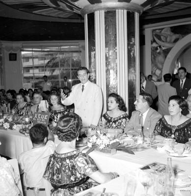 Adolfo López Mateos pronunciando un discurso durante un banquete a su campaña en el hotel Bonampak en Tuxtla Gutiérrez