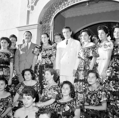 Adolfo López Mateos y mujeres con traje regional frente al restaurante Bonampak, durante su campaña en Tuxtla Gutiérrez