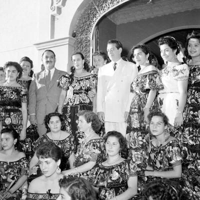 Adolfo López Mateos y mujeres con traje regional frente al Restaurante Bonampak, durante su campaña electoral en Tuxtla Gutiérrez, retrato