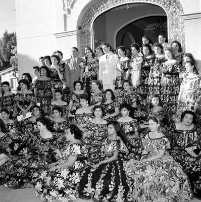 Adolfo López Mateos y mujeres con trajes regionales frente al restaurante Bonampak durante su campaña en Tuxtla Gutiérrez, retrato