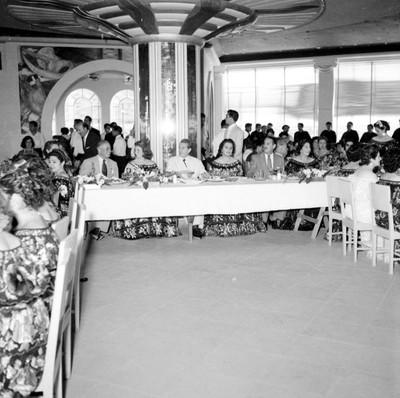 Adolfo López Mateos, Efrain Aranda Osorio y mujeres con traje regional durante un banquete a su campaña en el hotel Bonampak en Tuxtla Gutiérrez