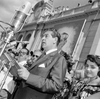 Adolfo López Mateos haciendo uso de la palabra en su campaña electoral por Chiapas
