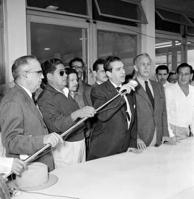 Adolfo López Mateos dirigiendo unas palabras en las instalaciones de ciudad Pemex