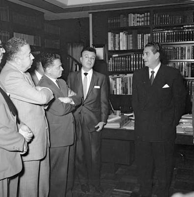 Adolfo López Mateos conversando con políticos en su casa, durante su campaña electoral