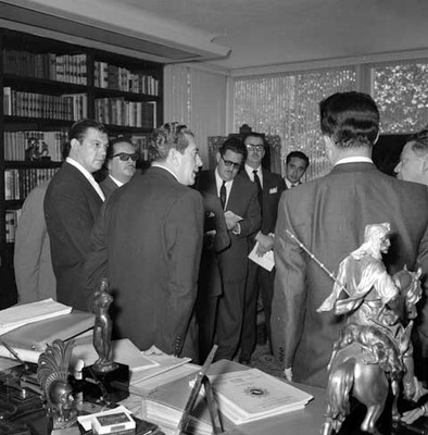 Adolfo López Mateos es entrevistado por periodistas en la biblioteca de su casa