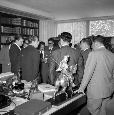Adolfo López Mateos en entrevista de prensa en la biblioteca de su casa