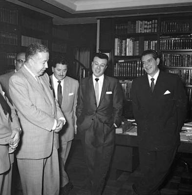 Adolfo López Mateos con periodistas, durante una entrevista en su casa