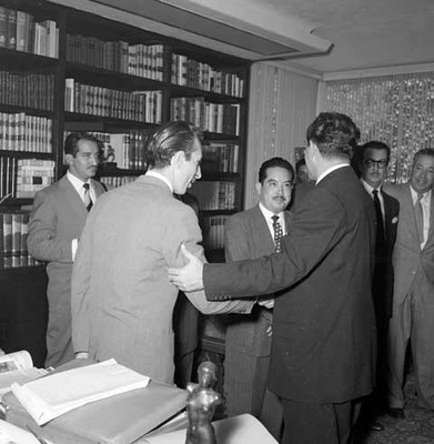 Adolfo López Mateos es saludado por un periodista, durante una entrevista en la bilioteca particular de su casa