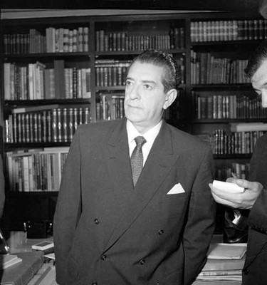 Adolfo López Mateos en la bilblioteca particular de su casa, durante una entrevista