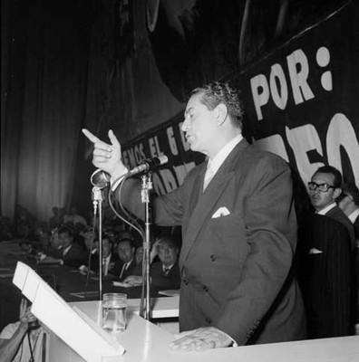 Adolfo López Mateos dirigiendo unas palabras durante el mitin en el cine Mariscala