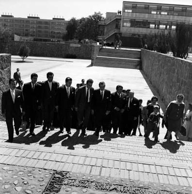 Adolfo López Mateos y otros funcionarios llegando a ciudad Universitaria
