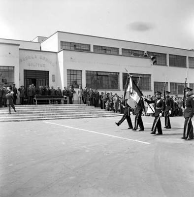 Adolfo López Mateos presenciando la inauguración de cursos de la escuela Médico Militar